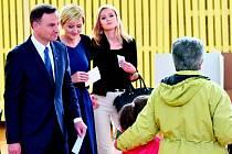 PREZIDENTOVY ŽENY. Manželka Andrzeje Dudy Agáta (vlevo) s dcerou Kingou (vpravo) ve volební místnosti.
