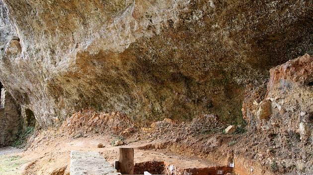 Slavné archeologické naleziště La Ferrassie v jihozápadní Francii, kde se našly kosti již několika neandertálců včetně tajemného dítěte