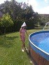 U bazénu, nebo v lese, klobouček se vždycky snese. Žádný úpal, žádné klíště, Deník koupím zase příště :-)