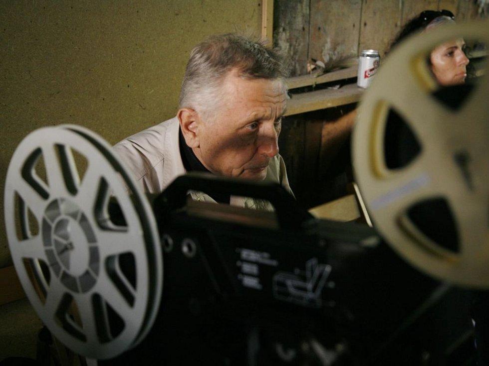 Několik desítek lidi zúčastnilo 40. výročí natáčení filmu Ostře sledované vlaky. Slavnost se konala 12. května 2007 na nádraží v Loděnicích u Prahy, kde se film natáčel. Na snímku režisér Jiří Menzel.