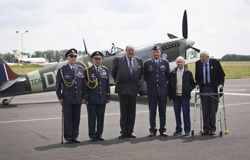 Čeští váleční veteráni Alois Dubec (druhý zleva), Emil Boček (třetí zleva), Petr Arton (druhý zprava) a Tomáš Gibian (vpravo), poslanec britského parlamentu Nicholas Soames (uprostřed) a velitel vzdušných sil Libor Štěfánik (třetí zprava).