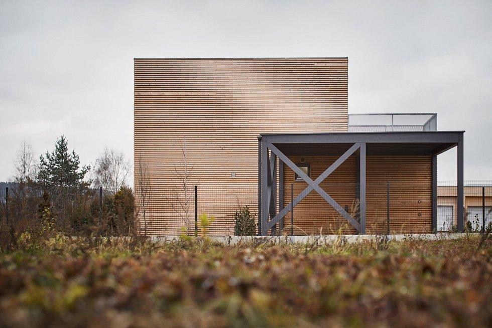Freedomek - nízkonákladovou dřevostavbu s dvěma podlažími a plochou skoro 80 metrů čtverečních a velkou terasou zvládne jeřáb postavit za jedno dopoledne.