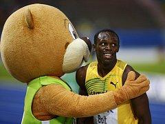 Usain Bolt v objetí s maskotem světového šampionátu 2009 medvědem Berlinem. Po devíti letech se vrací na scénu pouze druhý zmíněný, jamajský sprinter bude chybět.