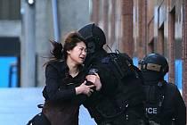 Útočník držel několik rukojmí v kavárně v Sydney