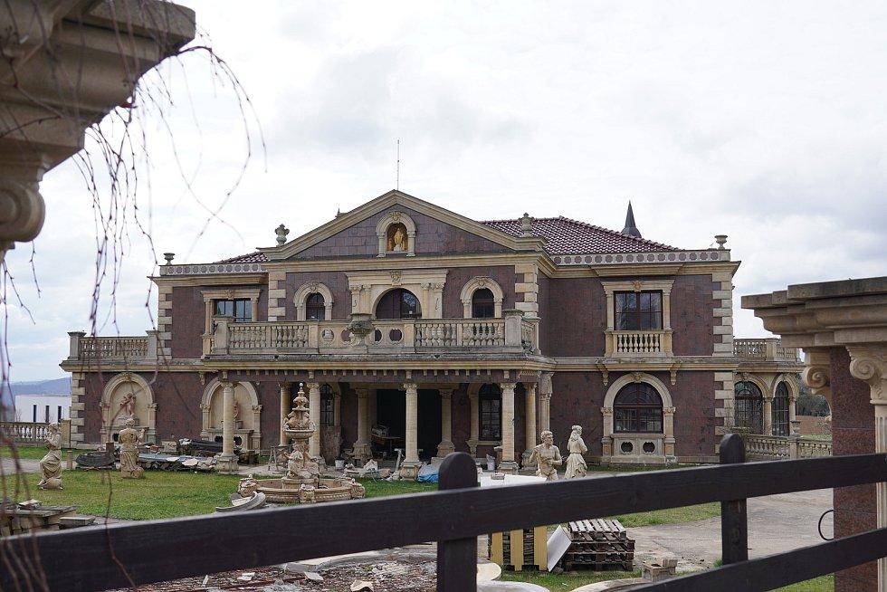Brněnský podnikatel vilu začal stavět v roce 1998, ale nakonec se dostal do dluhů. Rozdrojovice na Brněnsku.