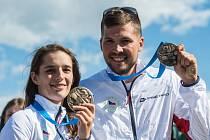 Bronzoví skeetaři Barbora Šumová (vlevo) a Jakub Tomeček