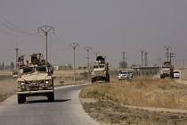 Americká armáda projiždí u hranic Sýrie s Tureckem na snímku z 8. září 2019