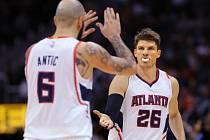 Kyle Korver a Pero Antic z týmu Atlanta Hawks.