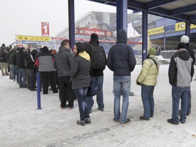 Fanoušci Sparty stojí fronty na lístky na zápas Sparty s Chelsea.