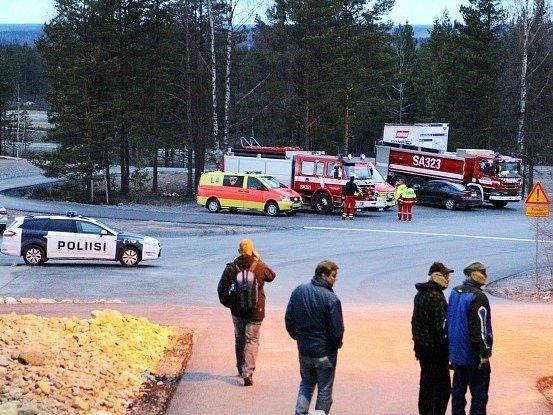 Záchranáři na finském letišti Jamijarvi.