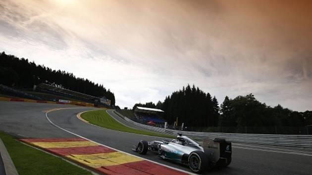 Lewis Hamilton v tréninku na Velkou cenu Belgie.