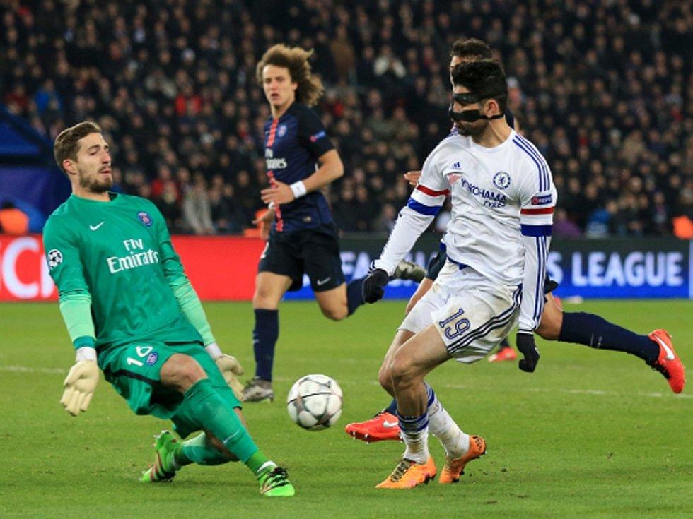 Brankář Paris St. Germain Kevin Trapp (vlevo) a Diego Costa z Chelsea.