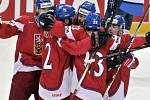 Čeští hokejisté se radují z gólu v zápase o bronz proti Finsku na mistrovství světa.