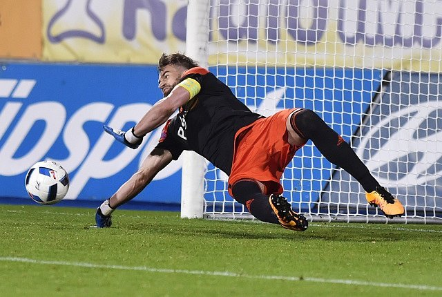 Brankář Jihlavy Jan Hanuš vyráží penaltu.