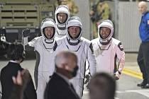 Astronauti (zleva) Megan McArthurová, Thomas Pesquet, hane Kimbrough, Akihiko Hošide před odletem k ISS