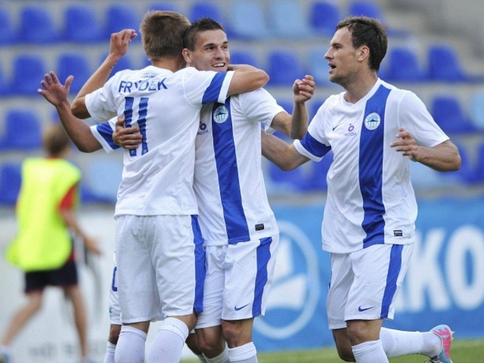 Fotbalisté Liberce (zleva) Martin Frýdek ml., David Pavelka a Michael Rabušic se radují z gólu proti Rize.