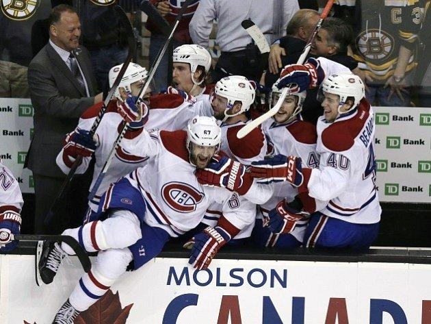 Střídačka hokejistů Montreal Canadians se raduje z postupu do konferenčního finále.