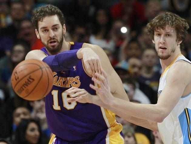 Jan Veselý z Denveru (vpravo) brání Paua Gasola z LA Lakers.