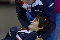 Trenér Petr Novák pomáhá po závodě vstát Martině Sáblíkové, která na mistrovství Evropy ve víceboji bojuje i s bolavými zády.