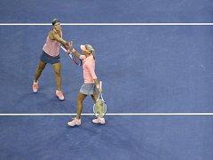 Lucie Hradecká (vlevo) a Andrea Hlaváčková se povzbuzují ve finále US Open.