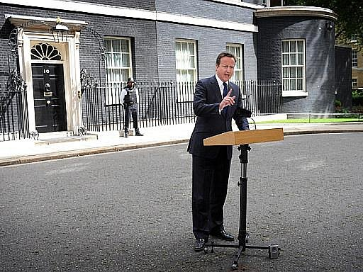 Britská policie bude moci vůbec poprvé nasadit vodní děla a smí použít gumové projektily. Oznámil to britský premiér David Cameron po zasedání krizového štábu.