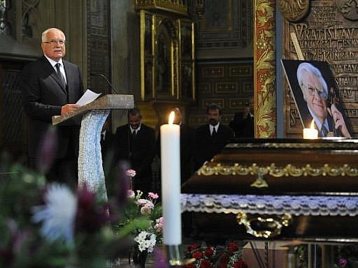 Smuteční řeč pronáší prezident Václav Klaus, který se 15. července na pražském Vyšehradě zúčastnil zádušní mše za zemřelého houslového virtuosa Josefa Suka.