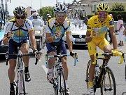 Alberto Contador (vpravo) si cestu do Paříže užíval ve společnosti svých kolegů ze stáje Astana Lance Armstronga (vlevo) a Sergia Paulinha.