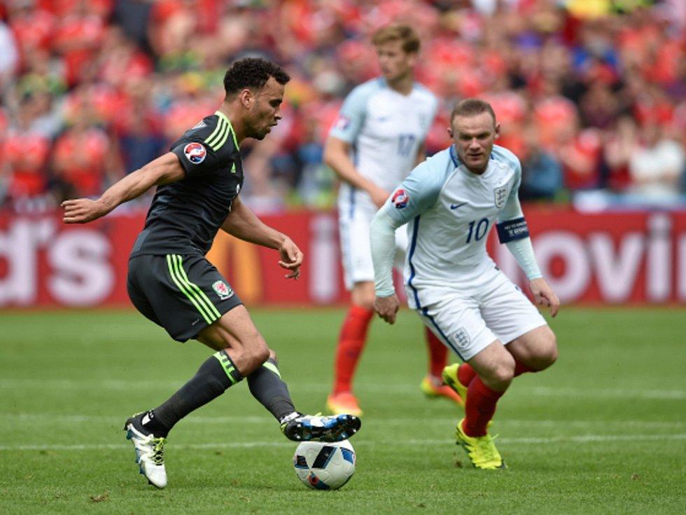 Wayne Rooney z Anglie (vpravo) a Hal Robson-Kanu z Walesu.