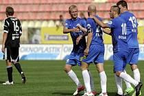 Fotbalisté Liberce se radují z gólu Jiřího Štajnera (třetí zprava).