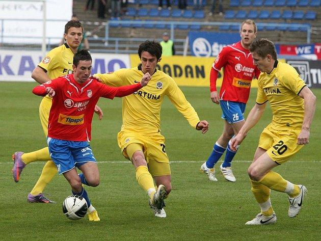 Záložník Plzně Milan Petržela (vlevo) se snaží prosadit přes hráče Sparty Kamila Vacka (uprostřed) a Juraje Kucku.