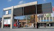 Nová dlažba, prosvětlený východ a bezbariérový přístup i další komernčí prostor - to jsou zatím výsledky rekonstrukce, kterou od února dělají České dráhy v budově hlavního nádraží v Olomouci. Nyní se řemeslníci pustí do proměny východu.