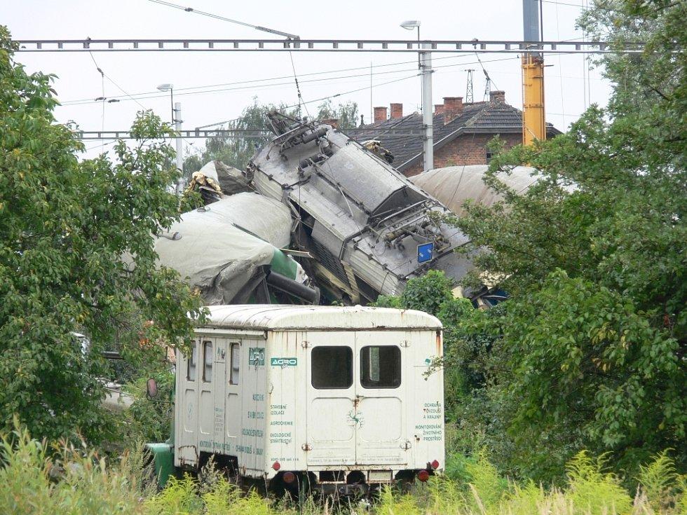 Mezinárodní rychlík EC narazil dnes kolem půl jedenácté do konstrukce opravovaného mostu, ktreá se zřítila bezprostředně před jeho projetím