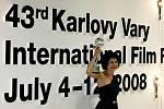 Herečka Marta Issová převzala 12. července na karlovarském mezinárodním filmovém festivalu Cenu za nejlepší ženský herecký výkon.