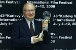 Česko-americký režisér Ivan Passer převzal 12. července na karlovarském mezinárodním filmovém festivalu Cenu za umělecký přínos světové kinematografii.