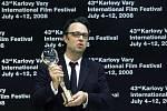 Režisér dánského snímku Ukrutně šťastní Henrik Ruben Genz převzal Velkou cenu - Křišťálový glóbus na závěrečném ceremoniálu mezinárodního filmového festivalu, který se konal 12. července v Karlových Varech.