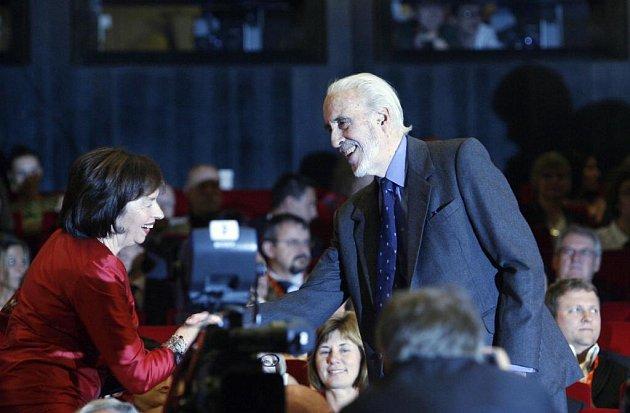 V Karlových Varech byl 12. července slavnostně ukončen 43. ročník mezinárodního filmového festivalu. Slavnostního ceremoniálu udílení cen se zúčastnil i britský herec Christopher Lee, který se pozdravil s manželkou prezidenta republiky Livií Klausovou.