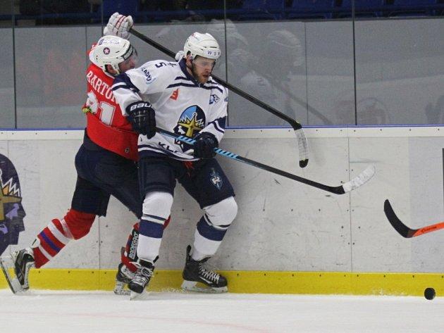 Hokejisté Kladna (v bílém) proti Třebíči.