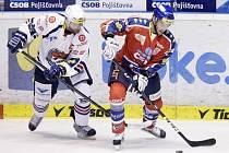 Hokejisté Pardubic (v červeném) proti Chomutovu.