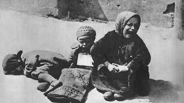 Děti bez domova na ulici ve varšavském ghettu