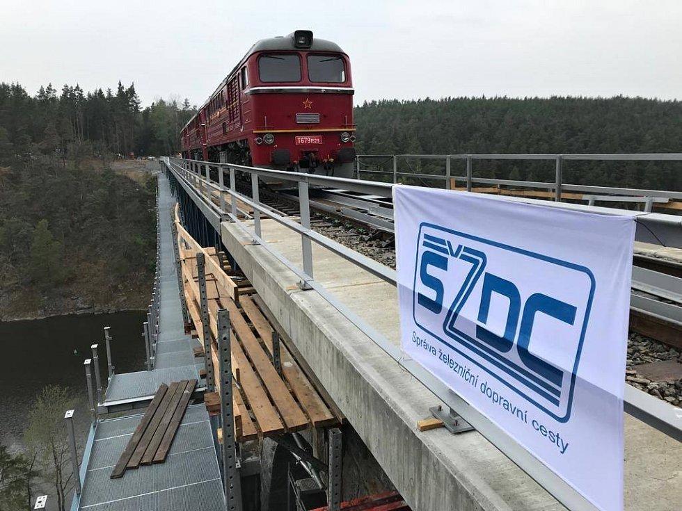 Testování nosnosti mostu přes hracholuskou přehradu.