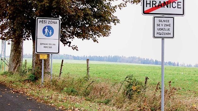 VEDOU SPOR O DOPRAVNÍ ZNAČKU. Na jediné přístupové cestě k hraničnímu přechodu Ebmath je umístěna značka pěší zóna. To vadí podnikatelům v Hranicích, protože němečtí turisté, kteří jedou autem, raději zastaví hned za hranicemi.
