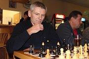 Den s prezidentským kandidátem Jiřím Hynkem. Za šachovým stolkem.