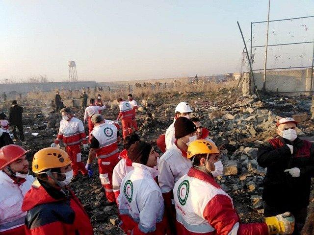 Záchranáři u trosek havarovaného letadla.