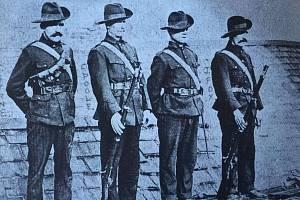 Bojovníci za nezávislost Irska se sdružovali v různých partyzánských a polovojenských organizacích. Na snímku dobrovolníci z tzv. Irské občanské armády