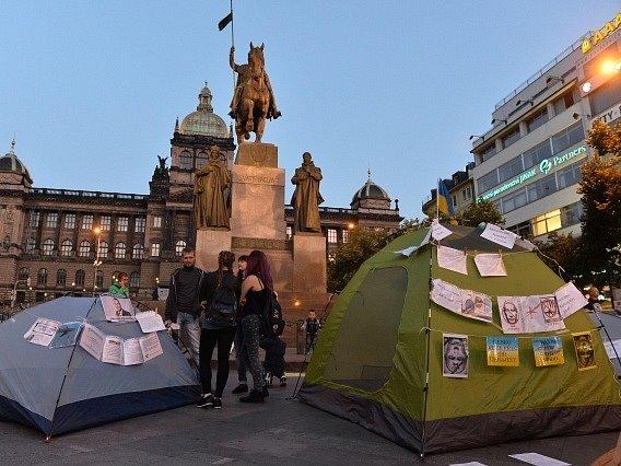 Stany aktivistů na Václavském náměstí.