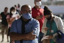 Pracovníci čekají 24. srpna 2020 na testování na covid-19 v Brasílii