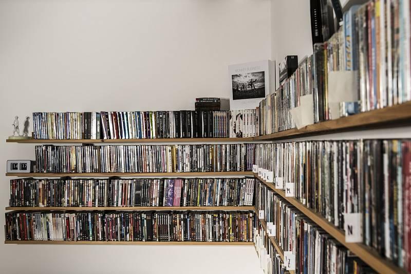 """""""Mám rád filmy, proto u nás doma najdete spoustu DVD. Jsem hrdým vlastníkem obří videotéky,"""" chlubí se Matěj Ruppert."""