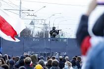 Policejní zátaras na demonstraci proti režimu prezidenta Alexandra Lukašenka v Minsku 25. října 2020