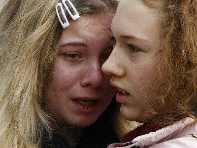 Studentky se utěšují po střelbě ve Winnendenu.