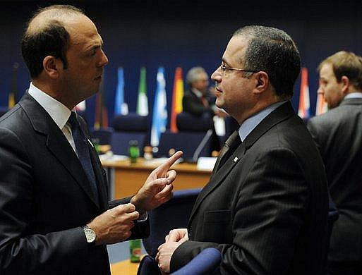 Italský ministr spravedlnosti Angelino Alfano (vlevo) hovoří s maltským ministrem vnitra a spravedlnosti Carmelem Mifsudem Bonnicim